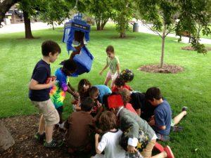 παιδια μαζευουν τα δωρα απο την πινιατα